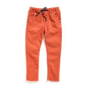 Jogger-color-naranja-ladrillo-con-pretina-resortada-y-cordon-marca-Codelin-para-niño