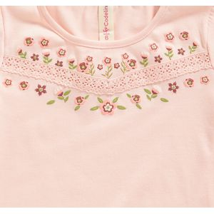 Camiseta-color-palo-de-rosa-con-bolillo-decorativo-y-estampado-marca-Codelin-para-niña